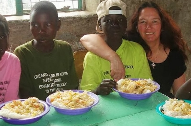 Brique Zeiner (Brique Topaz in SL), the driving force bethind Feed A Smile and some of the Kenya children from poor families for whom the programme provides daily warm meals