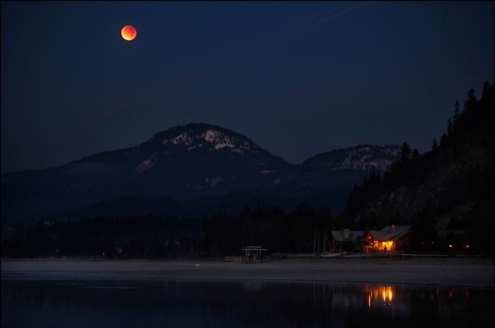 """A lunar eclipse """"blood moon"""" seen Idaho, December 2011 (image: Matt Mills / Reuters)"""