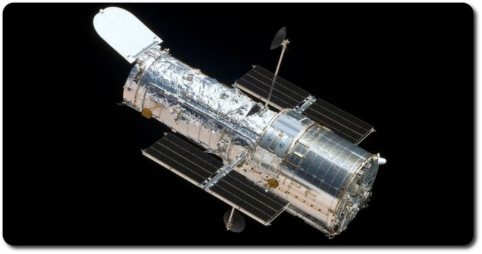 The Hubble Space Telescope (HST) as seen from the departing space shuttle Atlantis, flying STS-125, the final HST Servicing Mission, in 2009. This mission completely overhauled the space station in recognition of the fact that the next time humans might visit it would be to decommission it, and set it on course for controlled destruction in the Earth's atmosphere